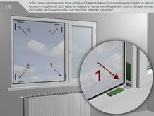 Sabit camın takılması için önce orta kayıt bağlantı takozu bulunan köşenin (metal ve camın teması engellemek için) yatay ve düşeyine, sonra karşı köşelerinin (camın dengeli olması için) yatay ve düşeyine kalın cam takozları silikonla yapıştırılır.
